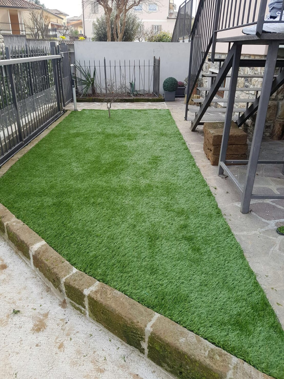 Giardino in erba sintetica di quartiere fiorito homify - Erba sintetica per giardino ...