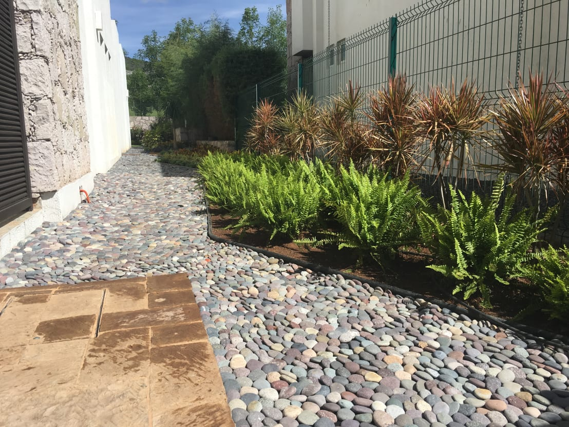 25 jardines preciosos perfectos para el frente de tu casa for Ver jardines de casas pequenas
