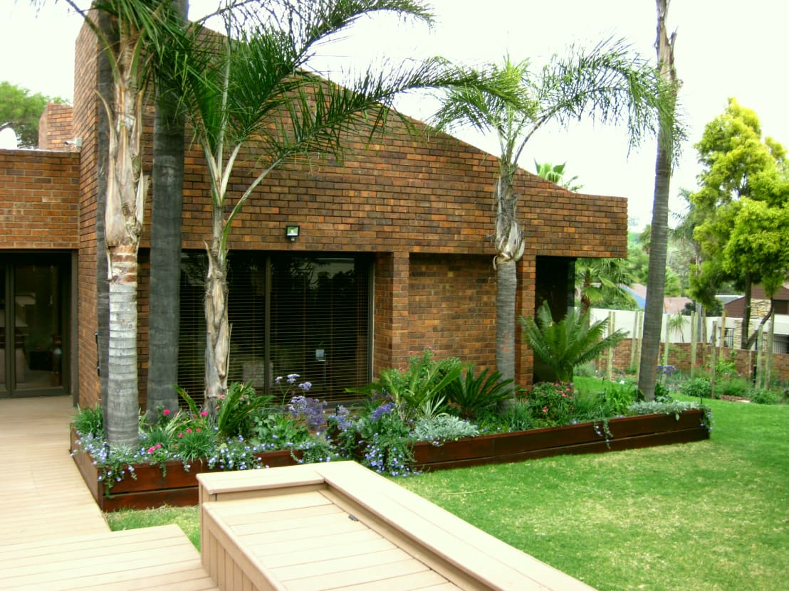 Large family garden by young landscape design studio homify for Landscape design studio
