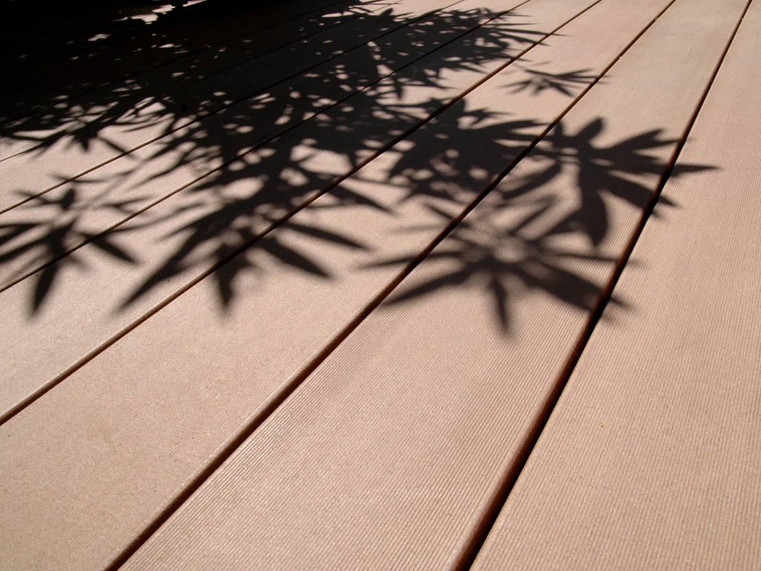 mediterrane terrassengestaltung mit wpc terrassendielen by. Black Bedroom Furniture Sets. Home Design Ideas