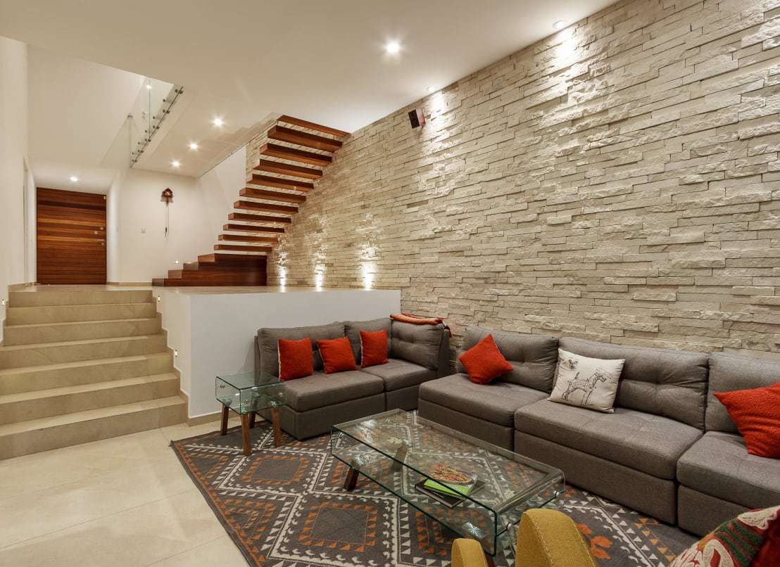 7 materials to coat the walls of your home for Salas con escaleras