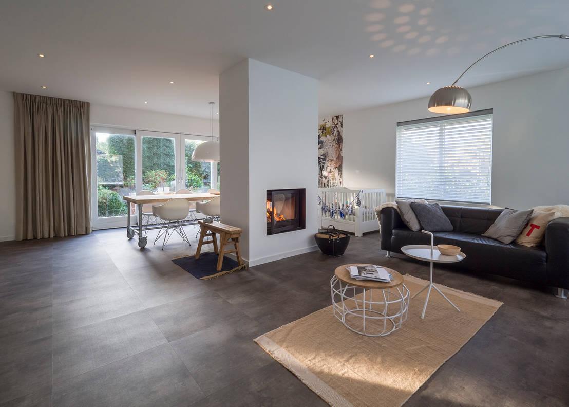 Modern sfeervol interieur in vrijstaande woning door by for Woonkamer verven