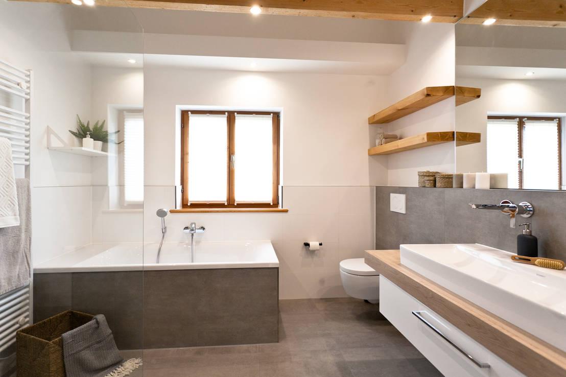 Badsanierung schickes wohlf hlbad mit viel holz und modernen fliesen in betonoptik von banovo - Bilder von badezimmer ...