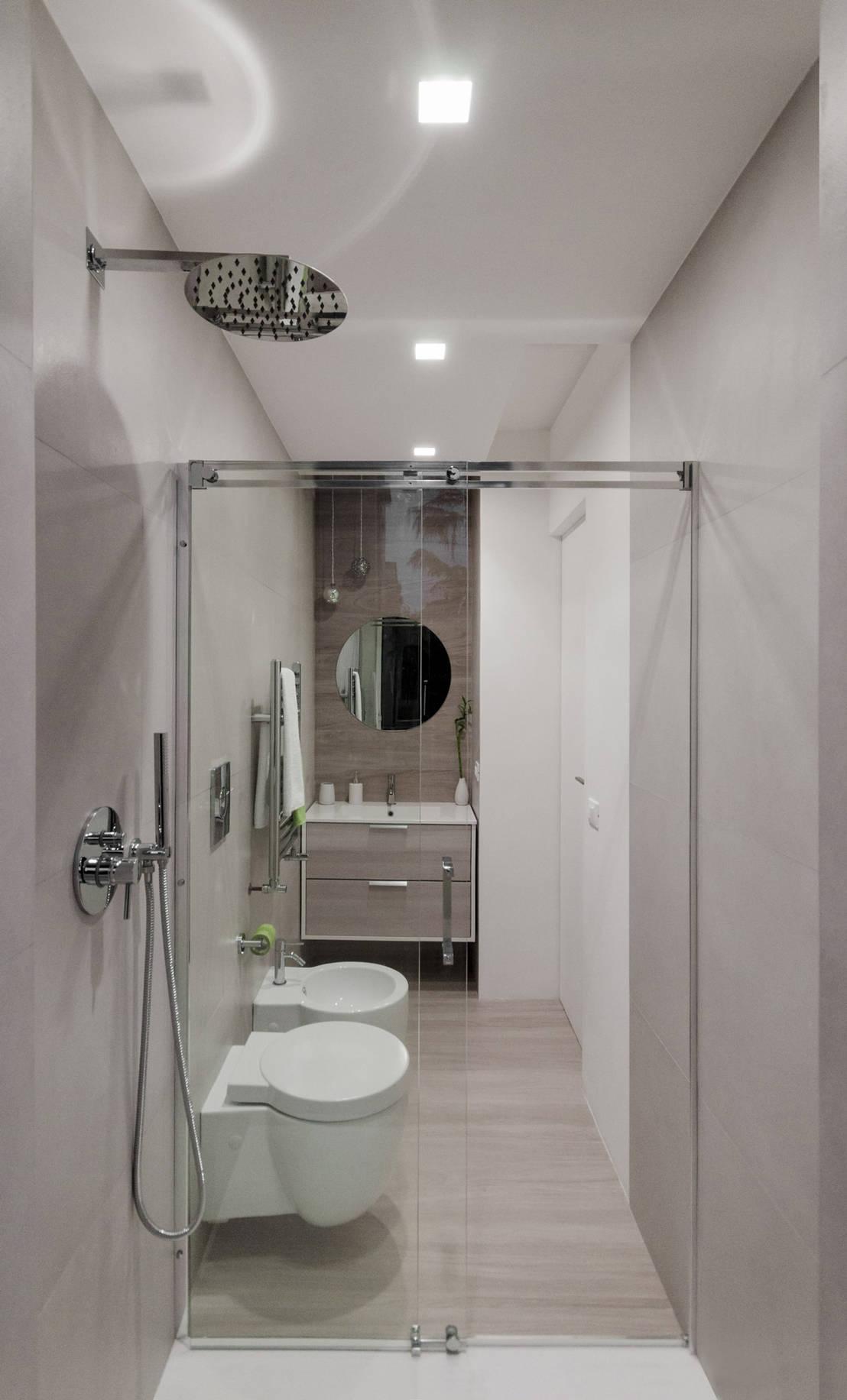 Bagno piccolo rettangolare di minimarchitetti for Arredamento per bagno piccolo