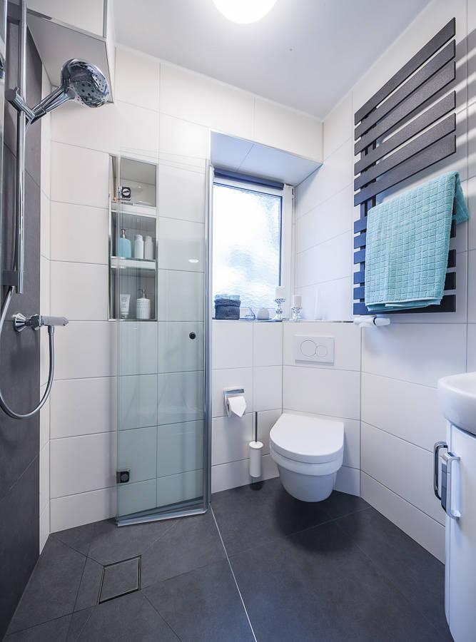 Kleines Badezimmer optimal durchdacht von Banovo GmbH   homify