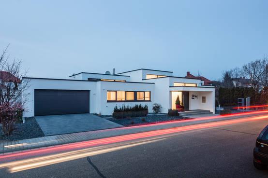 10 esempi di case moderne dal tetto piano for Piano casa con garage