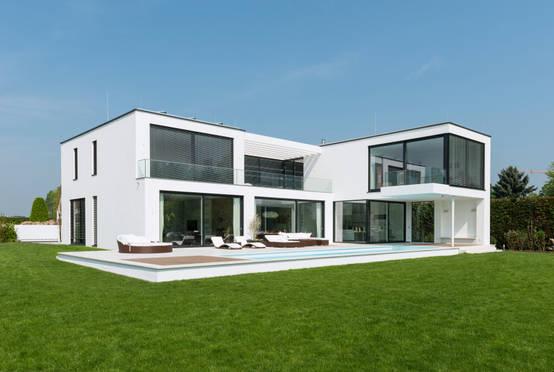 Moderne villa mit verrucktem balkon for Markise balkon mit tiefengrund tapete