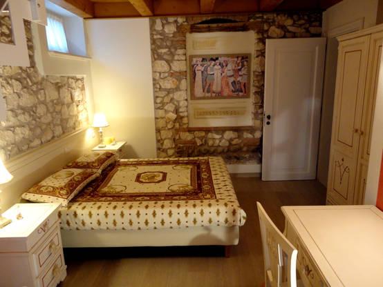 Camere da letto in stile rustico muri in pietra a vista e for Arredare parete camera da letto