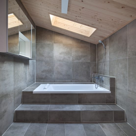 6 ideas para colocar azulejos modernos en tu ba o for Colocar azulejos bano