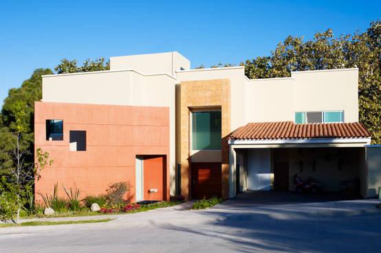 Casa moderna y r stica color terracota y beige for Casa moderna y rustica