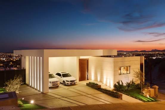10 fachadas de casas con garaje que te van a encantar for Garajes con jardin