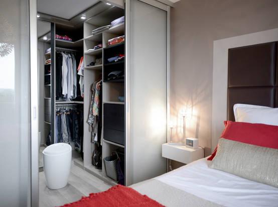 Weinig ruimte zo past er toch een kleine inloopkast in je slaapkamer