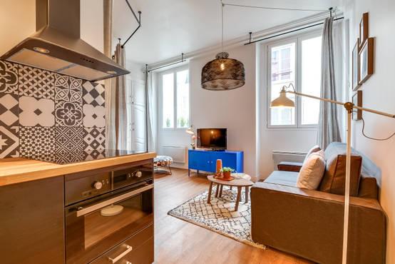 un appartement parisien d 39 environ 30 m2 qui optimise l 39 espace. Black Bedroom Furniture Sets. Home Design Ideas