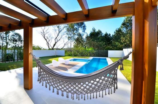Terrazas y patios con alberca 10 ideas sensacionales for Patios modernos con piscina