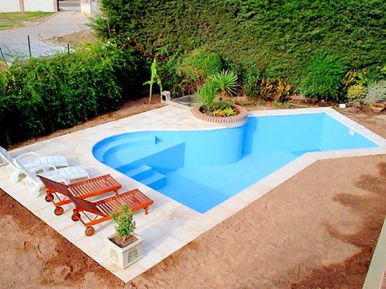 12 piscine perfette per un piccolo giardino for Piscina in un giardino piccolo
