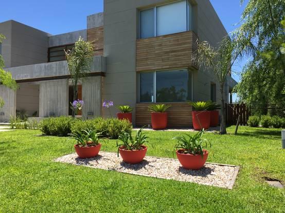 Dise o de jardines 8 frontales y f ciles de hacer homify for Disenos jardines pequenos modernos