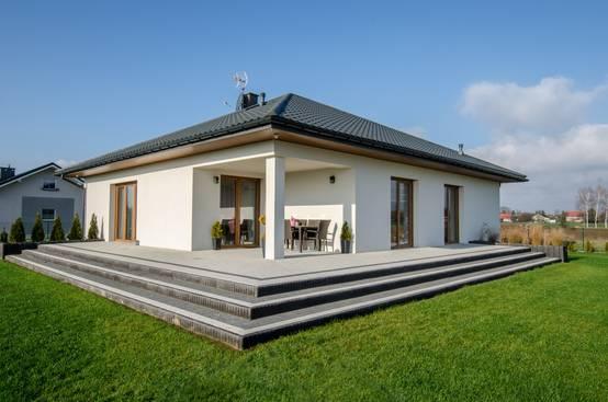 Casa de un piso con decoración hermosa