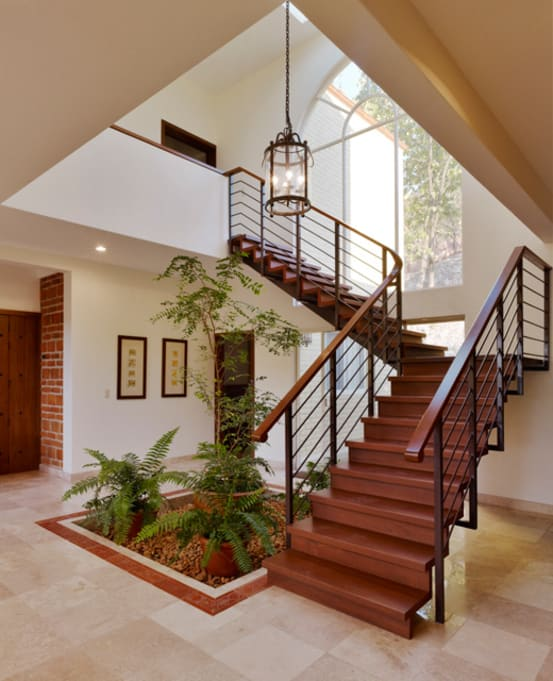9 ideas para decorar tu escalera con un mini jard n for Gradas metalicas para casas