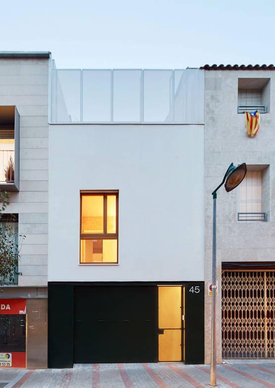 Una casa muy angosta pero 100 funcional for Fachadas de casas modernas entre medianeras