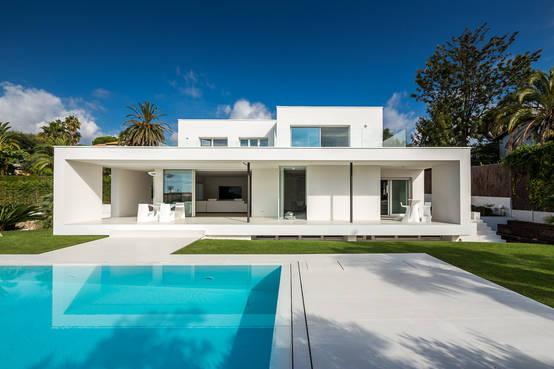 Modernes traumhaus ganz in wei - Residencia de manila swimming pool ...