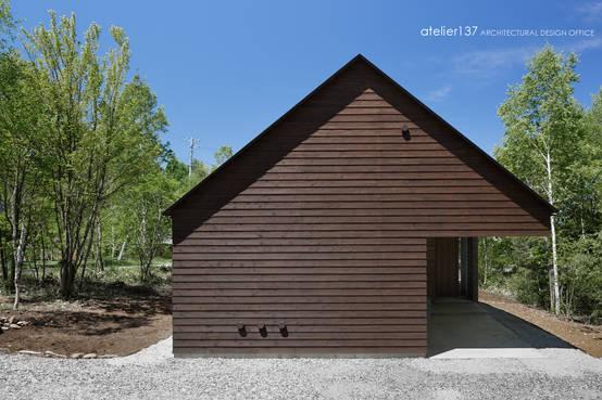 三角屋根が印象的な森に佇む山荘