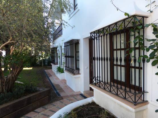 14 dise os de rejas para proteger tus ventanas con estilo for Casas modernas con puertas antiguas