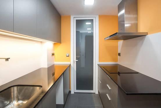 C mo renovar una cocina estrecha y aprovecharla al m ximo - Como renovar una cocina ...
