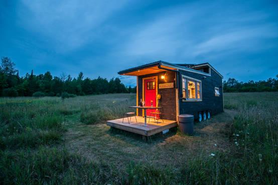 tiny house ein winziges wohlf hlhaus auf r dern. Black Bedroom Furniture Sets. Home Design Ideas