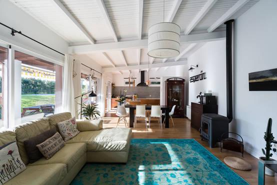 Una casa di campagna moderna e spettacolare for Casa moderna in campagna