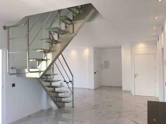 escaleras de vidrio y metal perfectas para casas modernas