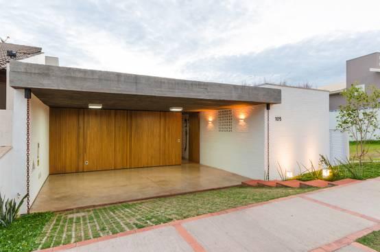 Discreta Por Fora e Moderna Por Dentro: Casa Utiliza Materiais Naturais