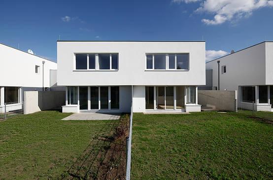 Ein modernes reihenhaus mit viel stil und privatsph re for Moderne bauweise