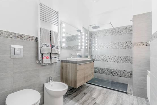 9 bagni favolosi che usano il bianco - Come piastrellare il bagno ...