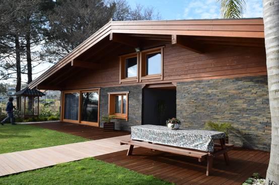 Una casa familiar en el campo y con piscina - Casas de madera tropical ...