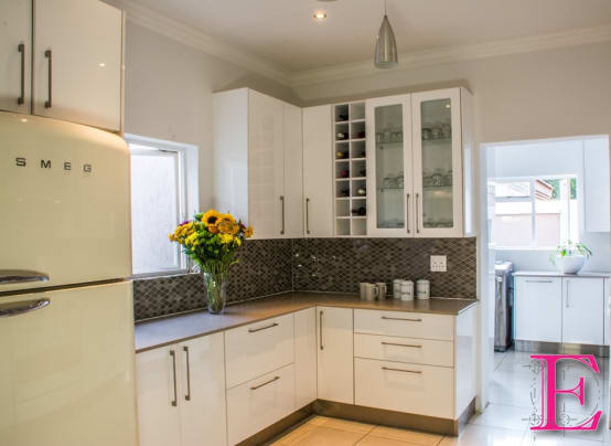 6 pictures of a modern and white kitchen to copy for Kitchen designs for small kitchens south africa