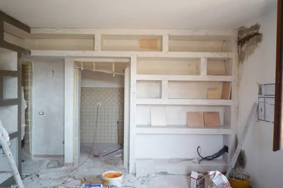 La realizzazione di una libreria in cartongesso - Vetrinette da parete ...