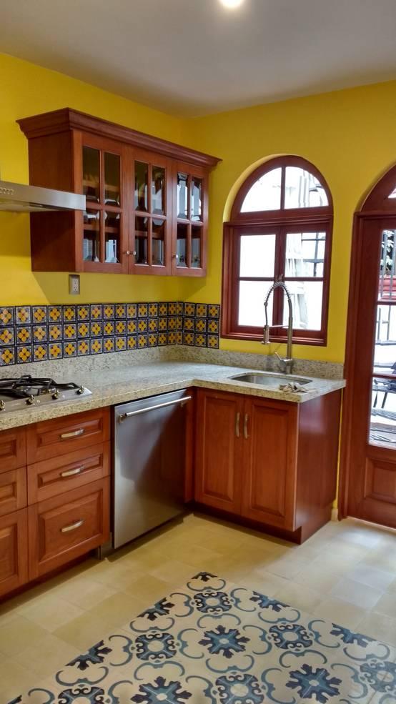 Una cocina de madera peque a y preciosa for Ideas para cocinas pequenas rusticas