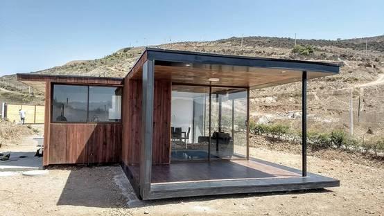 Arquitectura y construcci n de una casa moderna en la serena for Mobiliario para balcones