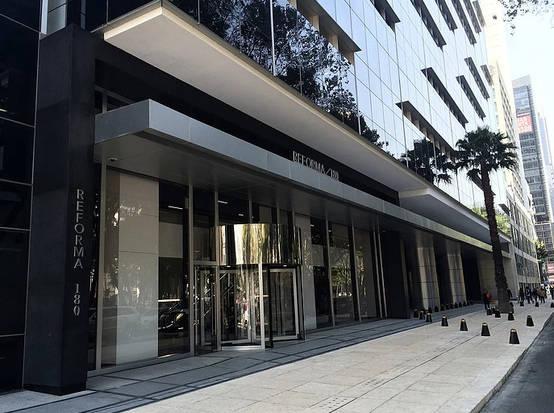 Sofisticado diseño de lobby en oficinas de Reforma por arquitectos en CDMX