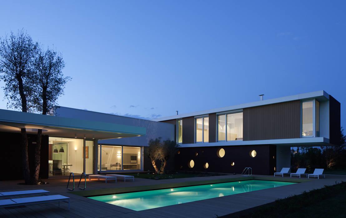La casa moderna architettura orizzontale for Progetti di piscine e pool house