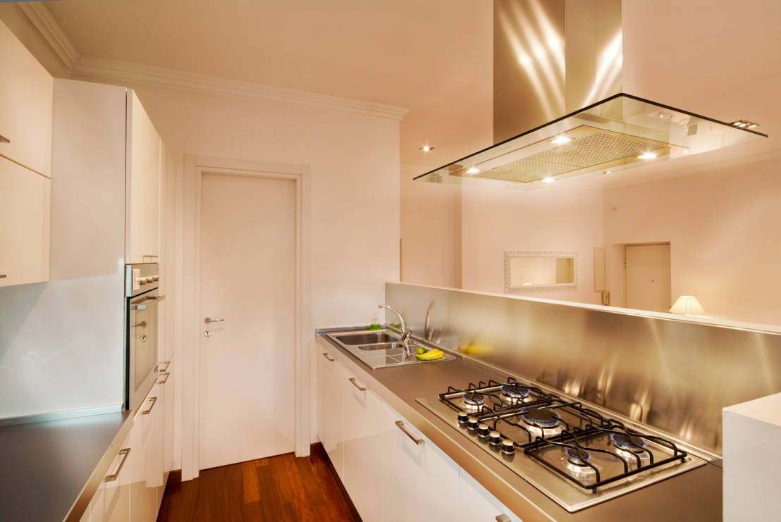 6 brillanti idee per arredare una cucina stretta e lunga for Immagini di appartamenti moderni