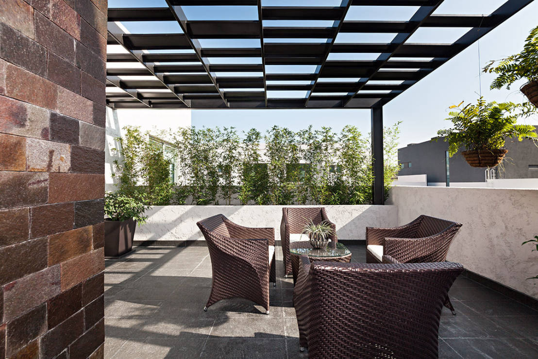 10 opciones de pisos para patios y terrazas for Muebles para patios interiores