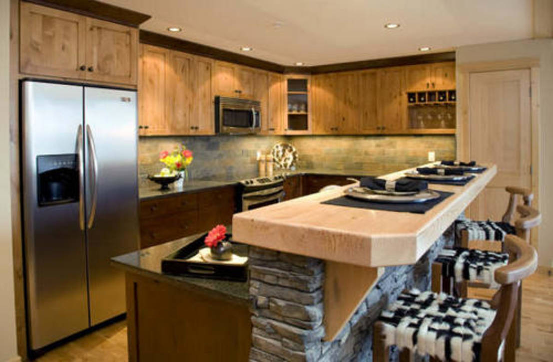 8 ideas con madera para el tope de tu cocina for Decoracion barras de bar rusticas