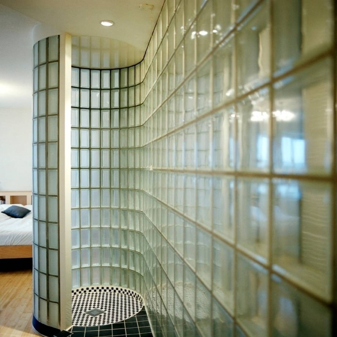 10 inspirerende idee n voor glazen tegels in je badkamer - Idee tegel douche ...