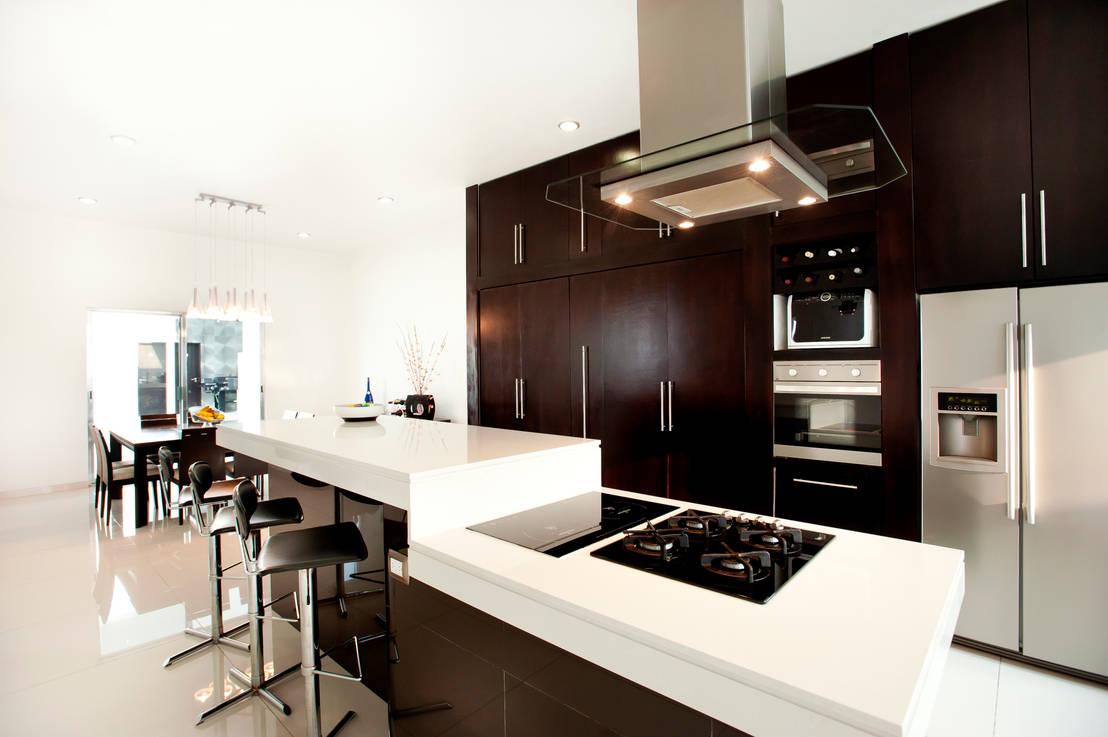 12 cocinas modernas donde la campana extractora es la for Cocinas claras modernas