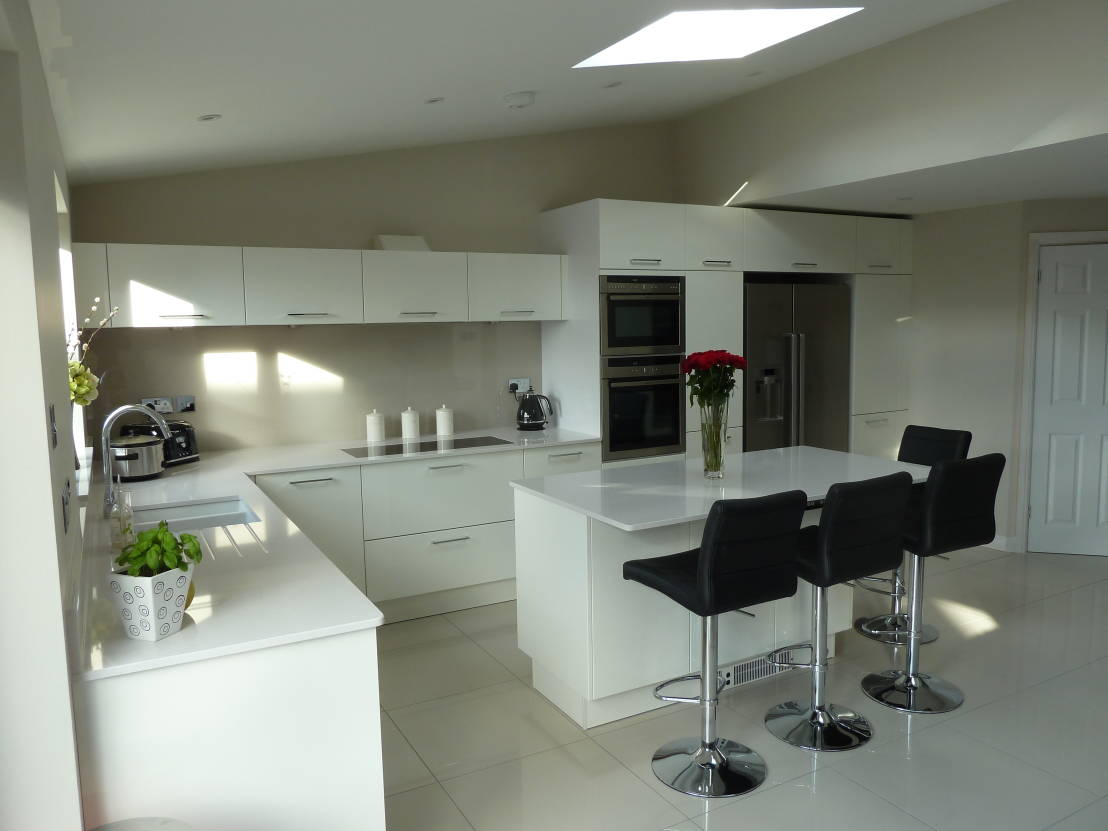 white gloss kitchens black worktops high gloss kitchens 740