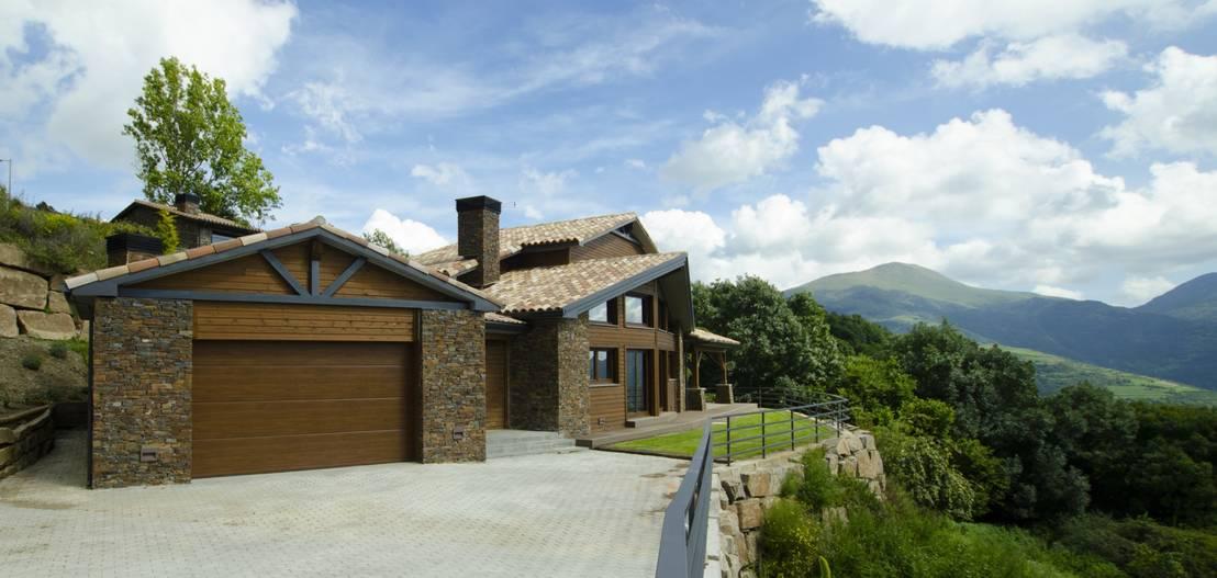 Una casa ecol gica de madera y piedra en los pirineos for Casas de piedra y madera