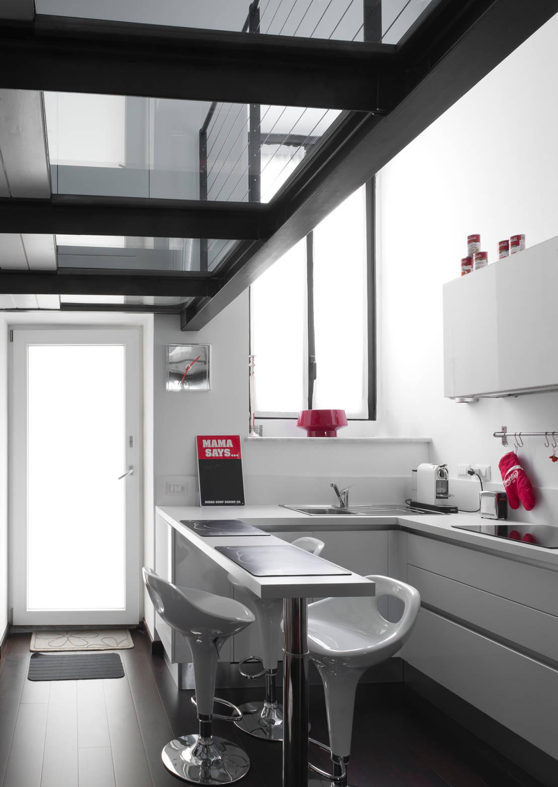 Appartamento bianco e nero a colori di architetto for Consulenza architetto gratuita