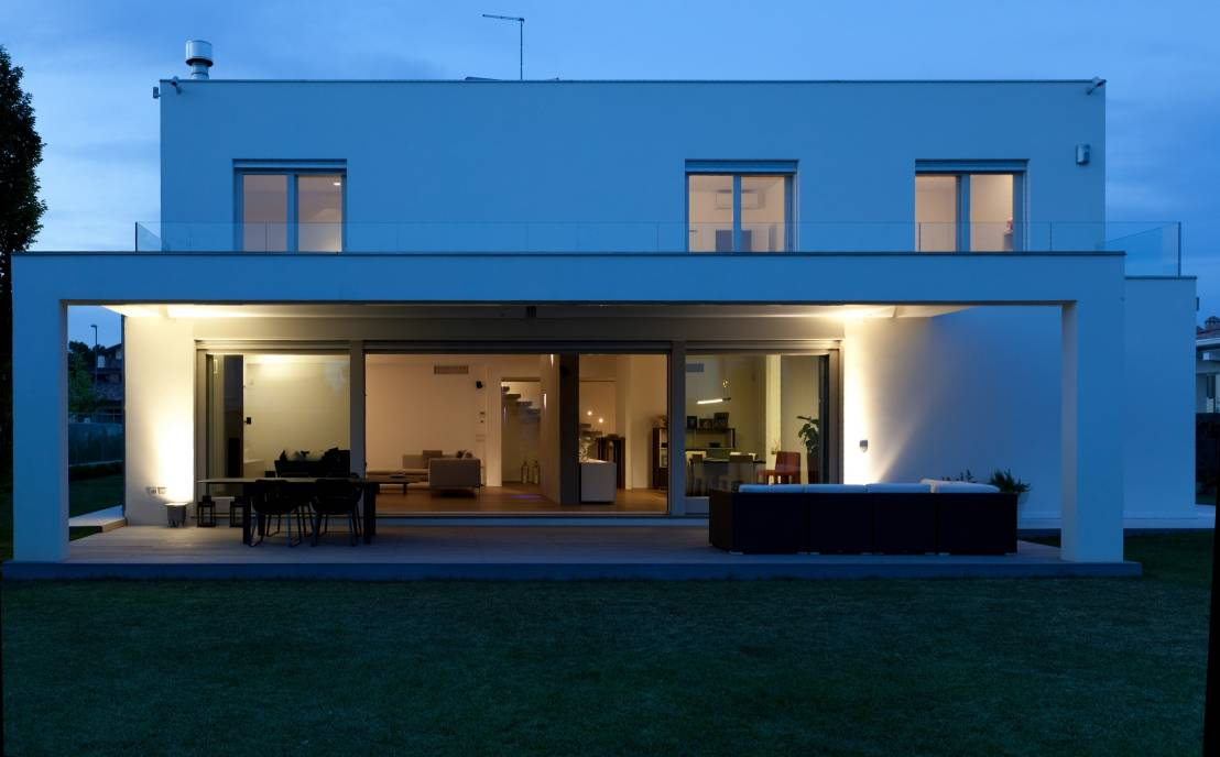 une maison familiale moderne et chaleureuse. Black Bedroom Furniture Sets. Home Design Ideas