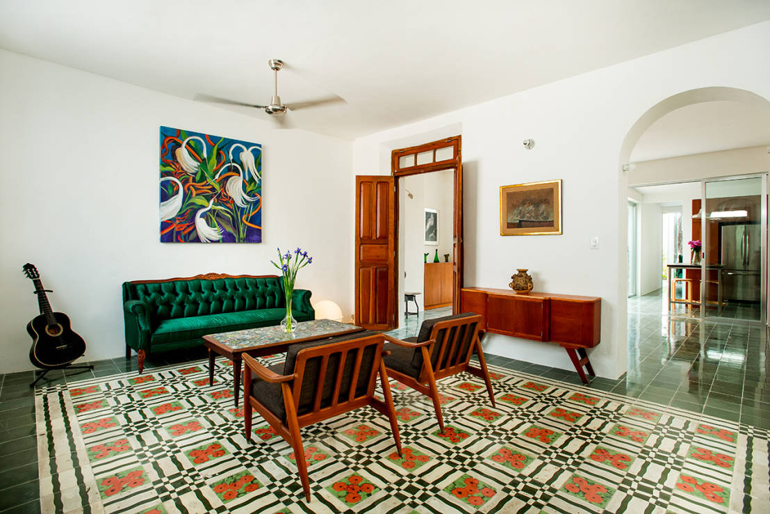 Tapetes super coloridos para a sala for Mexican houses interior designs